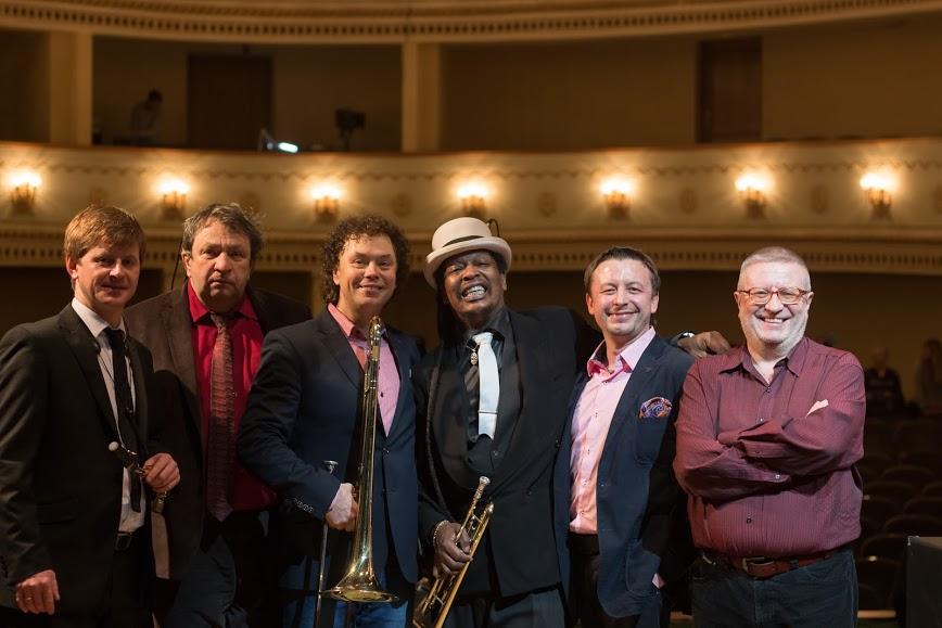 Евгений Владимиров и группа JazzinMinsk (в центре Boney Fields ) на концерте в Джаз-Клубе